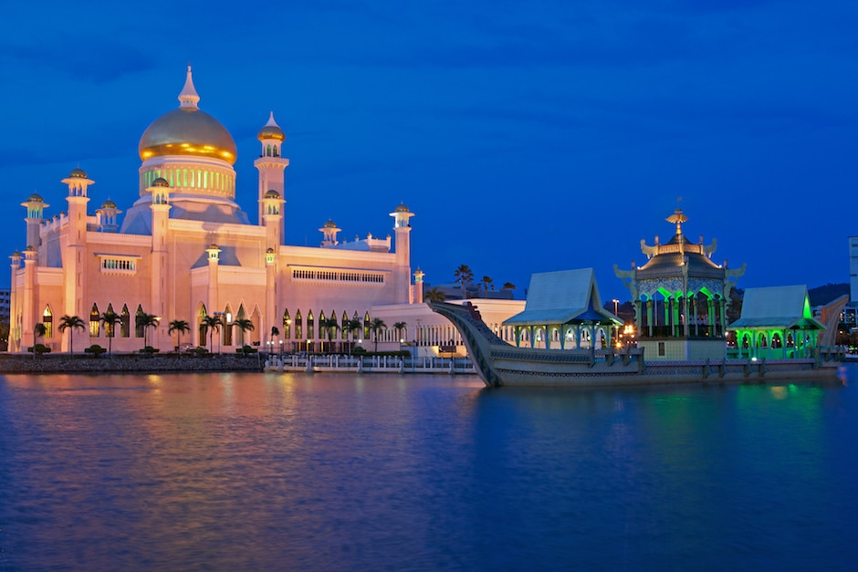 Sultan Omar Ali Saifuddin Mosque with Boat visit brunei